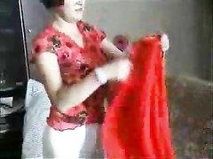 Любительский секс студента и зрелой женщины перед скрытой камерой в гостиной