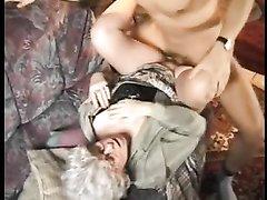 Зрелая развратница подцепила наивного студента для домашнего секса с минетом