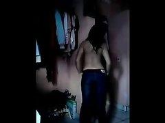 Онлайн любительский стриптиз танцует перед вебкамерой латинская красотка