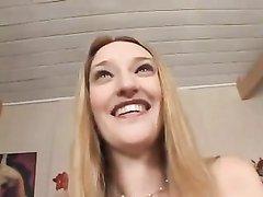 Длинноногая блондинка с темнокожим любовником пробует межрассовый секс