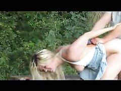 Немецкая блондинка в парке бесплатно трахается в киску и делает чудный минет