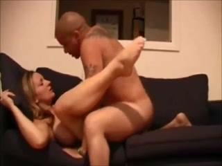 Зрелая леди с большими сиськами балдеет на диване от домашнего секса с соседом