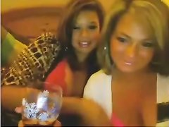 Зрелые лесбиянки по домашней вебкамере онлайн целуются и показывают большие сиськи