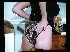 В ретро видео зрелая домохозяйка в чулках сняв нижнее бельё обнажает фигуру