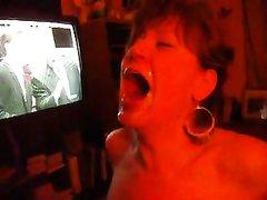 В домашнем видео зрелая дама встала на колени и просит парня кончить на лицо