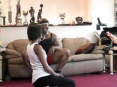 Мускулистый негр перед скрытой камерой радует темнокожую леди домашним сексом