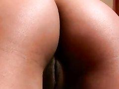 Темнокожая горничная с круглой попой в домашнем видео наводит порядок голой