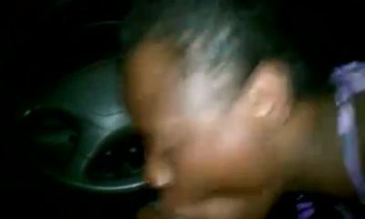 Негритянка в машине в любительском видео от первого лица сосёт член и дегустирует сперму