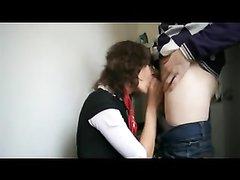 Перед домашним сексом проститутка в чулочках чеканит минет на коленях