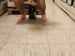 Лесбиянки в любительском видео в магазине дрочат дырки разными предметами