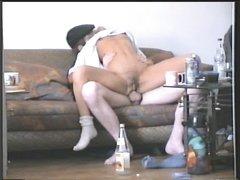 Любительский анальный секс озабоченной пары на диване снимает скрытая камера