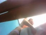 Подглядывание через скрытую камеру за любительским сексом в пляжной кабинке