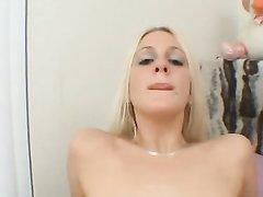 После минета был бешеный секс и поклонник кончил внутрь красивой блондинке