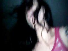 Белая шлюха с татуировками в домашнем видео от первого лица трахается с негром