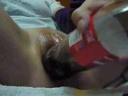 Развратница крупным планом дрочит киску бутылкой вместо секс игрушки