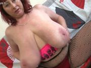 Рыжая зрелая толстуха с огромными сиськами в домашнем видео сняла колготки для мастурбации