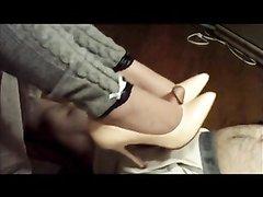Госпожа на каблуках в любительском видео устроила поклоннику фут фетиш