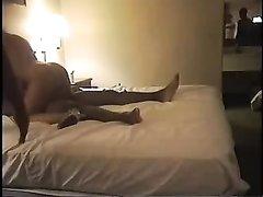 Смуглянка с двумя неграми в постели балдеет от любительского секса втроём