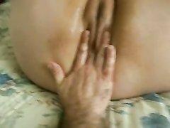 Супруг в домашнем видео от первого лица дрочит киску зрелой и толстой жены
