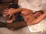 Негр лижет клитор зрелой рыжей домохозяйке и сажает на член белую толстуху в чулках для секса