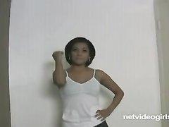 Нежная смуглянка в домашнем видео сосёт член от первого лица для окончания на сиськи