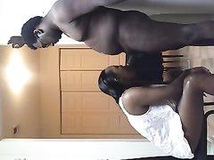 негр в домашнем видео со скрытой камеры трахает в рот темнокожую подругу