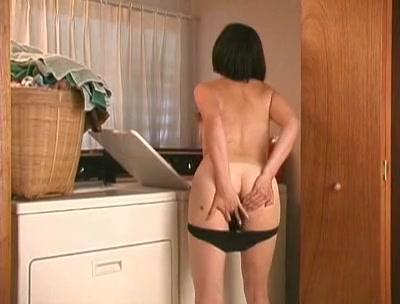Зрелая француженка с волосатой промежностью в ретро видео дрочит киску пальчиками