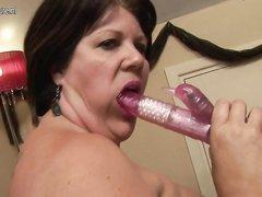 Зрелая дама в чулочках дрочит любимой секс игрушкой волосатую дырочку