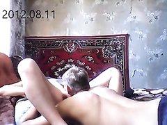 В любительском видео чувак лижет киску русской дамы перед скрытой камерой