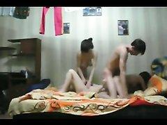 Русский студент с тремя молодыми лесбиянками в любительском видео со скрытой камеры