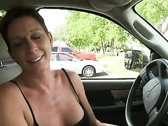 Зрелая авто леди с большими сиськами нашла любовника для секса в машине