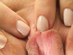 Молодая блондинка в домашнем видео на кровати крупным планом дрочит обе дырочки