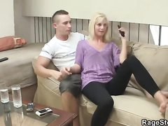 Красивая молодая блондинка с бритой киской жаждет домашнего секса на диване