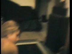 В домашнем видео латинская молодая леди в постели отдалась зрелому начальнику