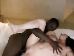Белая красотка в любительском видео подставила зрелую киску под большой чёрный член