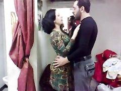 Зрелая развратница с большой попой для любительского секса пригласила араба