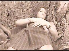 Деревенская пышная красотка в любительском видео дрочит киску на заросшем поле