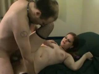Проститутка в чулках обслужила поклонника домашнего секса своей киской