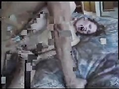 В ходе анального секса с соседом молодая домохозяйка дрочит клитор вибратором