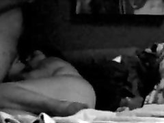 Перед скрытой камерой зрелая брюнетка устроила любительский секс в постели