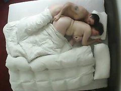 Скрытая камера поймала в кадр любительский секс зрелой леди и молодого друга
