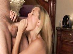 Гламурная зрелая блондинка в домашнем видео строчит минет для окончания на лицо