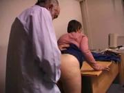 Зрелая француженка перед домашним сексом лижет попу озабоченному партнёру