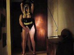 Толстая блондинка с повязкой в домашнем видео отсосав член трахается на кровати