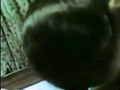В видео от первого лица индийская домохозяйка в спальне мастурбирует член