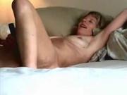 Блондинка с маленькими сиськами строчит домашний минет и шалит с секс игрушкой