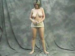 Молодая красотка с большими сиськами в домашнем видео танцует стриптиз