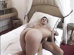 Нежная француженка по утрам предпочитает домашний анальный секс в постели