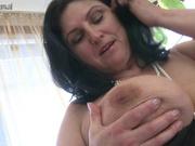 Грудастая зрелая пышка в чулках достала секс игрушку для мастурбации со сквиртингом