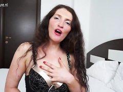 Шикарная зрелая модель в чулках в домашнем видео сняв нижнее бельё дрочит клитор